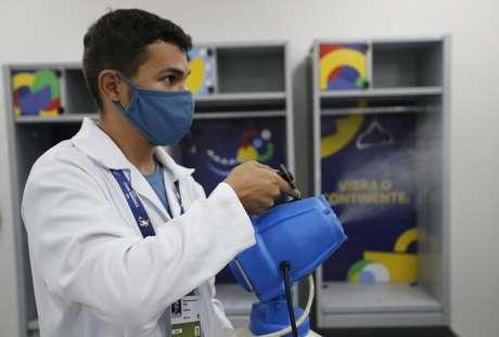 Funcionário lança desinfetante em vestiário da Arena Pantanal, em Cuiabá 15/06/2021 REUTERS/Mariana Greif