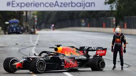 Max Verstappen observa o pneu estourado no GP do Azerbaijão.