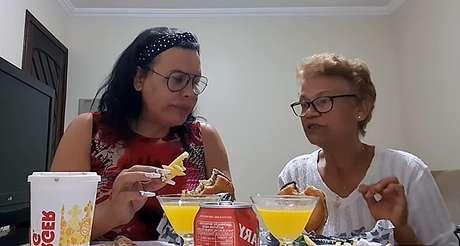 Luisa Marilac e sua mãe, Maria do Carmo, em vídeo de novembro de 2020 no canal da youtuber