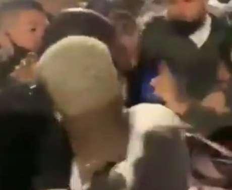 Patrick de Paula (de costas) foi flagrado pela torcida pela balada