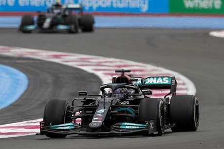 Lewis Hamilton saiu derrotado da França após chegar em segundo e ser superado por Max Verstappen