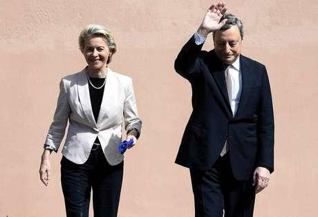 Ursula von der Leyen é recebida por Mario Draghi em Roma