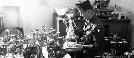 Soldado americano inspeciona a coleção de arte do nazista Hermann Göring em 1945