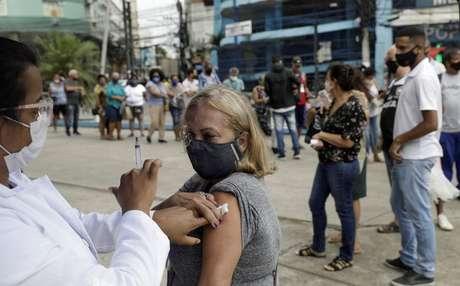 Mulher recebe dose da vacina da AstraZeneca contra Covid-19, em Duque de Caxias (RJ) 21/04/2021 REUTERS/Ricardo Moraes