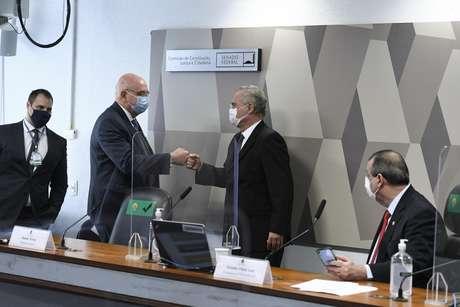 Senador Renan Calheiros cumprimenta o deputado Osmar Terra