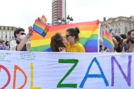 Parada do orgulho LGBT+ em Turim, norte da Itália, com faixa em defesa do 'projeto Zan'
