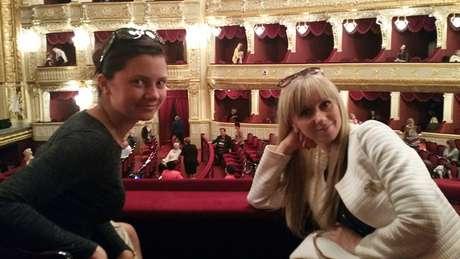 Julia e Irina em uma noite com James na ópera