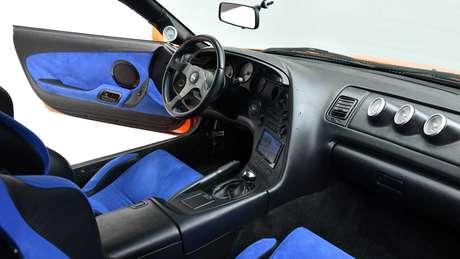 Interior do Supra leiloado traz acabamento interno com detalhes na cor azul.