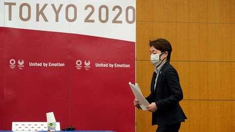 A presidente do Comitê Organizador, Seiko Hashimoto, anunciou as medidas (Foto: Franck ROBICHON / POOL / AFP)