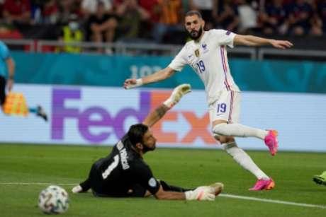 Benzema marcou pela primeira vez desde sua volta à seleção francesa (Foto: DARKO BANDIC / POOL / AFP)