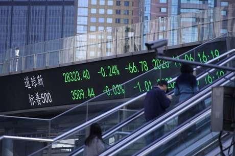 Telão em Xangai mostra flutuações dos mercados acionários 09/11/2020 REUTERS/Aly Song