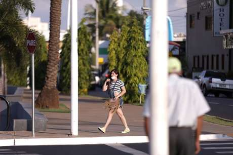 Mulher caminha pela rua em Olímpia (SP) 09/06/2021 REUTERS/Leonardo Benassatto