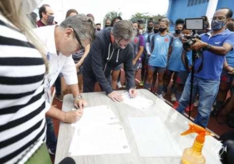 Jorge salgado assina acordo c om prefeitura de Caxias (Rafael Ribeiro/Vasco)
