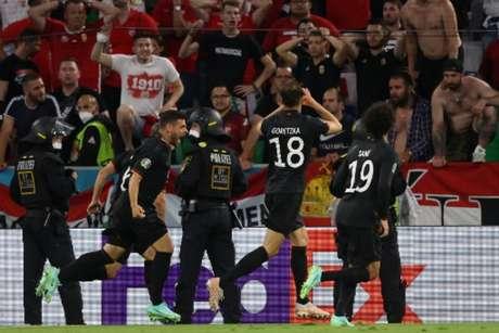 Alemães comemoram um dos seus dois gols marcados contra a Hungria na Allianz Arena (Foto: ALEXANDER HASSENSTEIN / POOL / AFP)