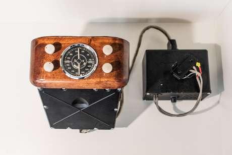 Rádio do modelo Mercedes 770 dos anos 30 contava com dial redondo.