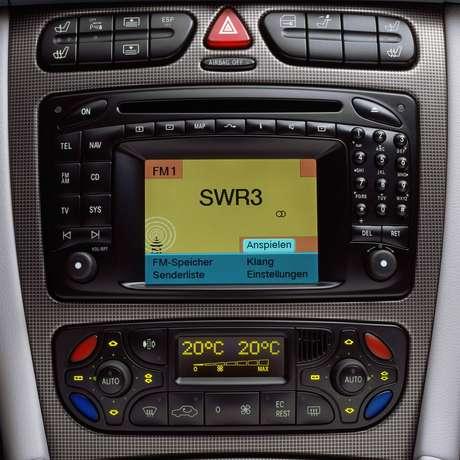 Primeira central multimídia da história surgiu no Mercedes Classe S de 1998.