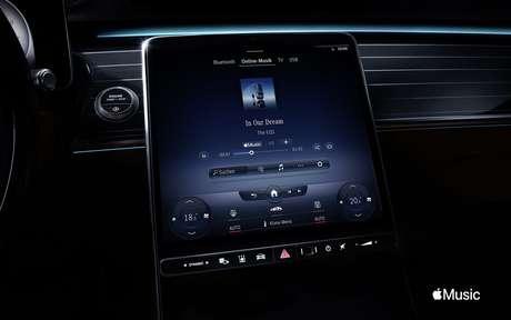 Carros atuais oferecem sistemas de infoentretenimento como o MBUX que equipa os carros da Mercedes.