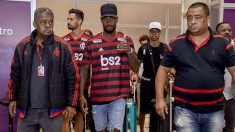 Desembarque de Gerson (junto a Pablo Marí) (Foto: Marcelo Cortes / Flamengo)