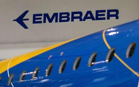 Logo da Embraer na fábrica da empresa em São José dos Campos (SP)  28/02/2018 REUTERS/Roosevelt Cassio