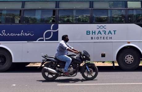 Ônibus da Bharat Biotech estacionado em frente a escritório da empresa em Hyderabad, na Índia 03/07/2020 REUTERS/Stringer