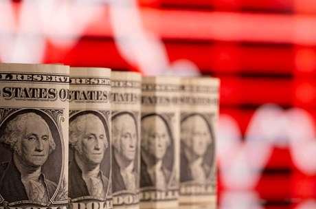 Notas de dólares e gráfico  REUTERS/Dado Ruvic/Illustration