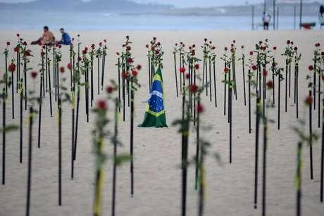 Homem a vítimas da Covid-19 no Brasil na praia de Copacabana, Rio de Janeiro  20/06/2021 REUTERS/Lucas Landau