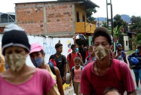 Imigrantes venezuelanos cruzam fronteira rumo à Colômbia   12/10/2020  REUTERS/Carlos Eduardo Ramirez