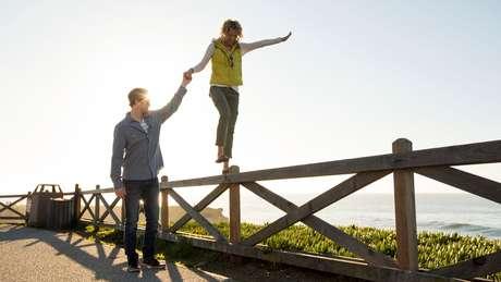 Andar em tandem, uma caminhada como se estivesse na corda bamba, nas pontas dos pé, ajuda o equilíbrio