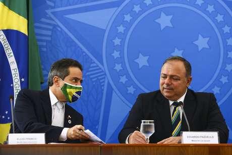 O ex-secretário-executivo Elcio Franco, ao lado do entãoministro da Saúde, Eduardo Pazuello