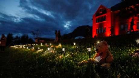 Um memorial em homenagem às vítimas foi improvisado em frente a uma antiga escola residencial indígena no Canadá
