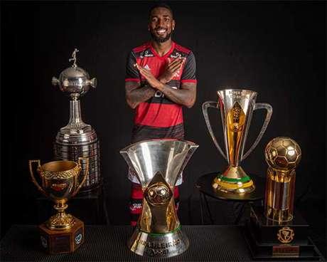 Gerson posa com as taças que levantou pela Fla (algumas ele repetiu) (Foto: Alexandre Vidal/Flamengo)
