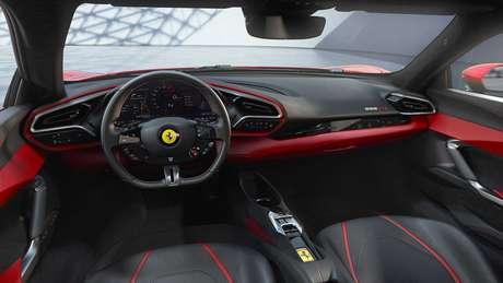 Ferrari 296 GTB: painel de instrumentos digital e comandos sensíveis ao toque.