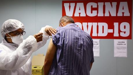 Fenômeno dos 'sommeliers de vacinas', que escolhem qual produto querem tomar, tem preocupado profissionais de saúde e gestores públicos