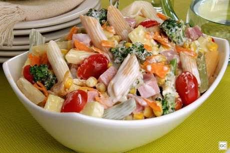 Guia da Cozinha - Salada de macarrão com legumes e frios