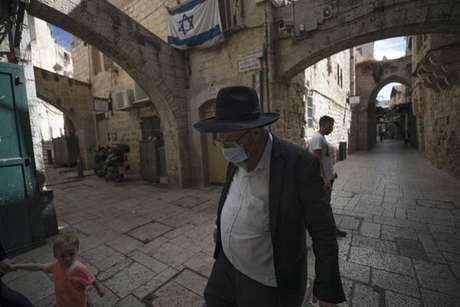 Israel vê um aumento nos casos de Covid-19 e voltou atrás na liberação do uso de máscaras