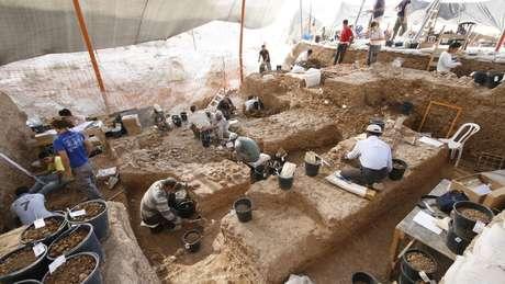 Restos mortais foram descobertos durante escavação de um sumidouro — milhares de ferramentas de pedra e restos de animais também foram encontrados