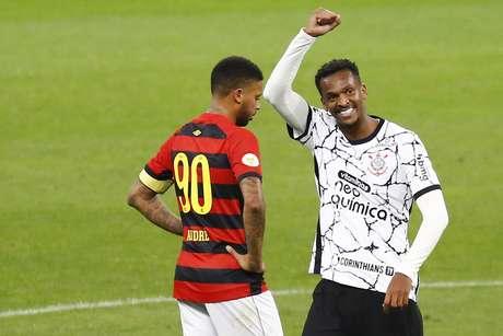 Jô comemora gol pelo Corinthians após polêmica da cor da chuteira