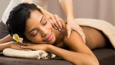 Massagem, pilates e caminhadas são excelentes exercícios para aliviar a ansiedade