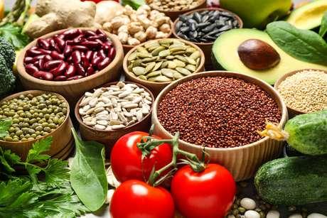 Sementes de abóbora, tomates, abacate e folhas verdes fazem parte da dieta anti-inflamatória