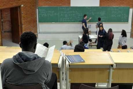 Mesmo quando são comparados apenas alunos brancos e pretos de alto nível socioeconômico, há disparidades