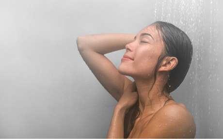 Banho com a água muito quente traz malefícios para a pele