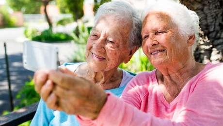 Com a idade, o contorno da mandíbula fica mais arredondado por causa da reabsorção óssea.