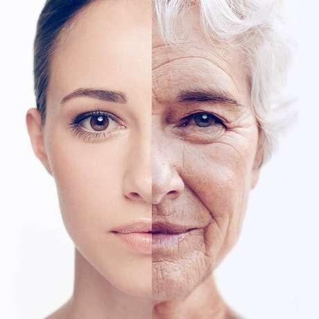 O nariz e as orelhas podem parecer maiores com a idade, mas isso é explicado pela flacidez.