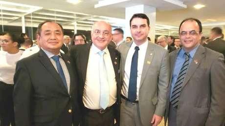 Amilton Gomes circula por Brasília e já posou com Flávio Bolsonaro