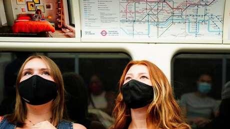 As máscaras ainda são exigidas nos transportes públicos e nas lojas