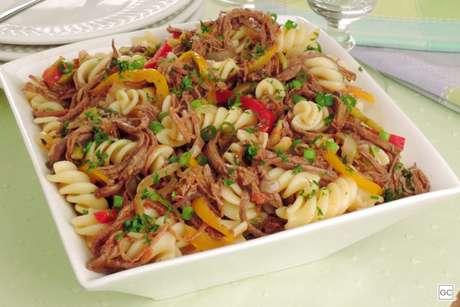 Guia da Cozinha - Salada de macarrão com carne louca
