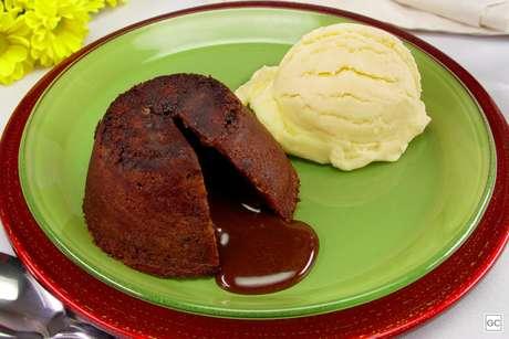 Guia da Cozinha - Petit gâteau baratinho de chocolate com sorvete