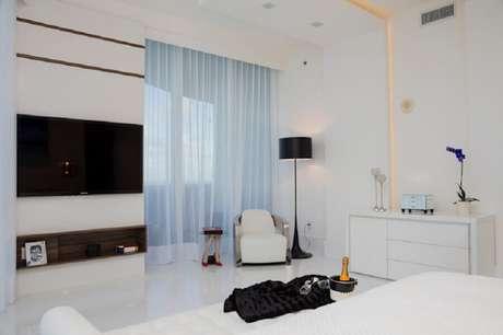 34. Decoração com abajur de pé para quarto branco e preto – Foto: Infinity Spaces
