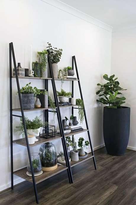 27. Estante cavalete preta para sala de estar moderna – Foto TLC Interiors