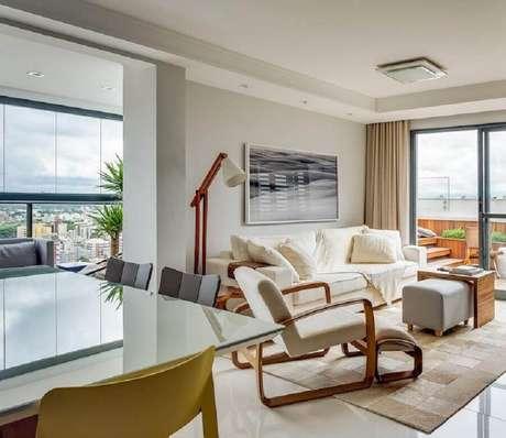 47. Decoração em cores neutras para sala de estar com abajur de pé alto de madeira – Foto: Bender Arquitetura